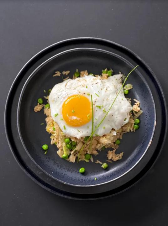 riz frit aux légumes avec œuf au plat (nasi goreng)