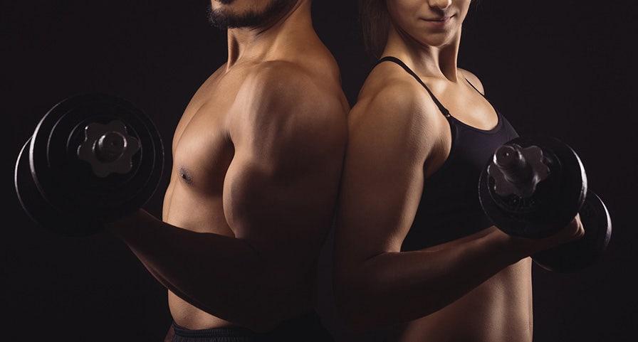 Homme et femme dos à dos avec une haltère à la main