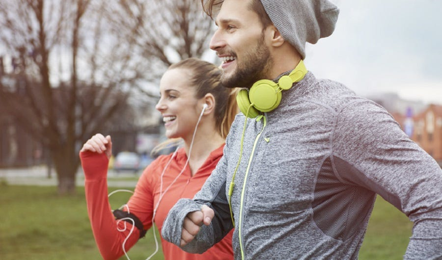 Un homme et une femme faisant du jogging