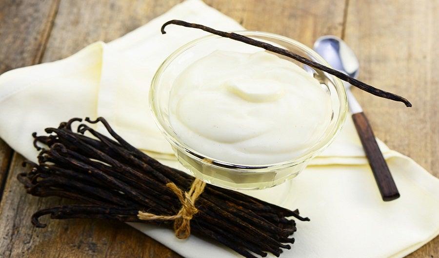 mousse à la vanille avec gousse de vanille sur table en bois