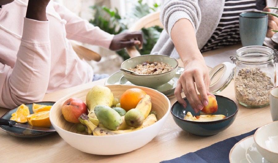 Petit déjeuner avec fruits et céréales complètes