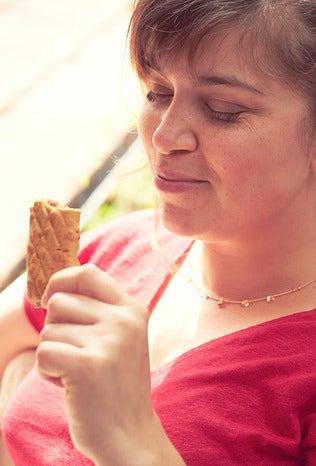 Femme mangeant une barre fourrée Gerlinéa
