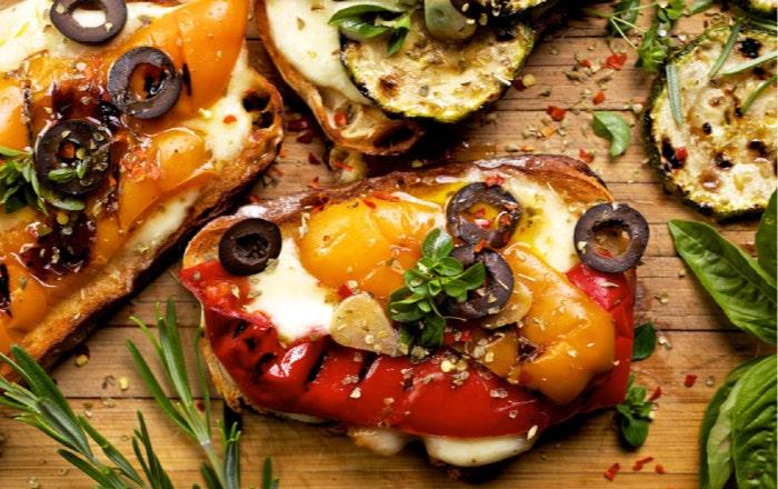 Bruschettas poivrons, mozzarella et olives noires
