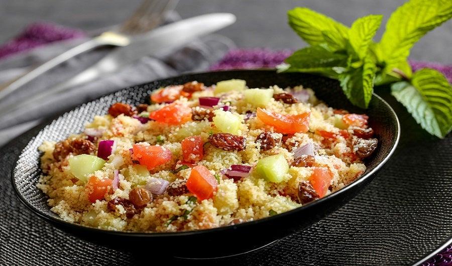 Assiette de boulghour avec dés de tomate, concombre et raisins secs
