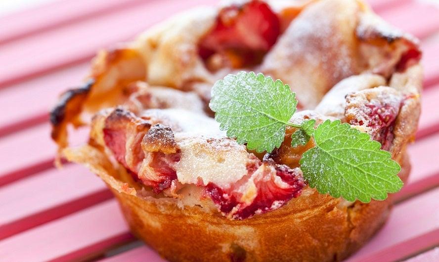 clafoutis individuel aux fraises et feuille de menthe