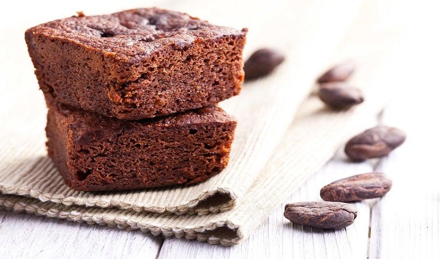 Gâteau au chocolat sur set de table avec fèves de cacao