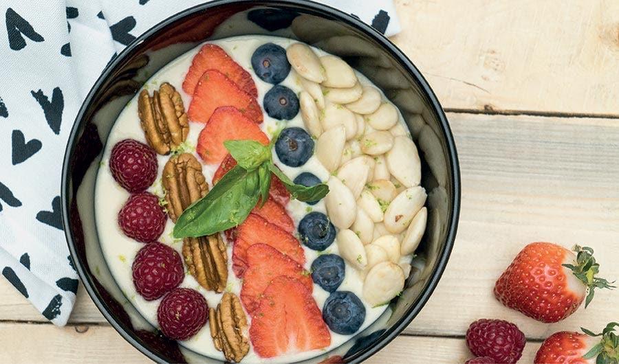 Bol crème vanille agrémenté de fruits disposés en ligne