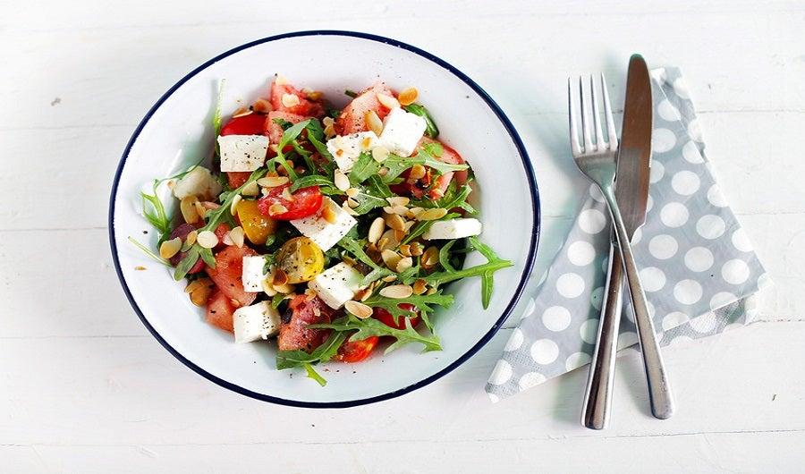 Salade de tomates cerises, roquette, feta, amandes effilées, pignons