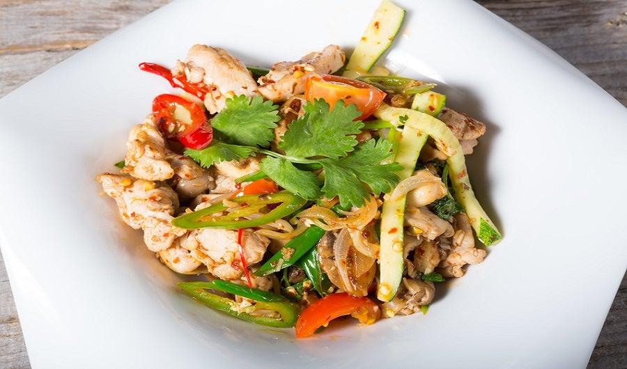 Assiette de sauté de poulet et lamelles de légumes