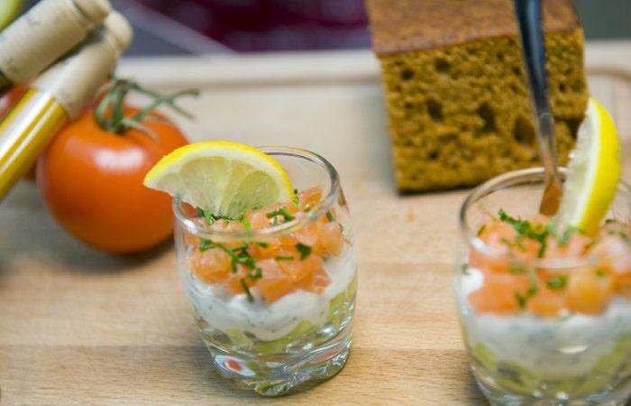 Verrines saumon, avocat, fromage blanc, ciboulette et tranche de citron