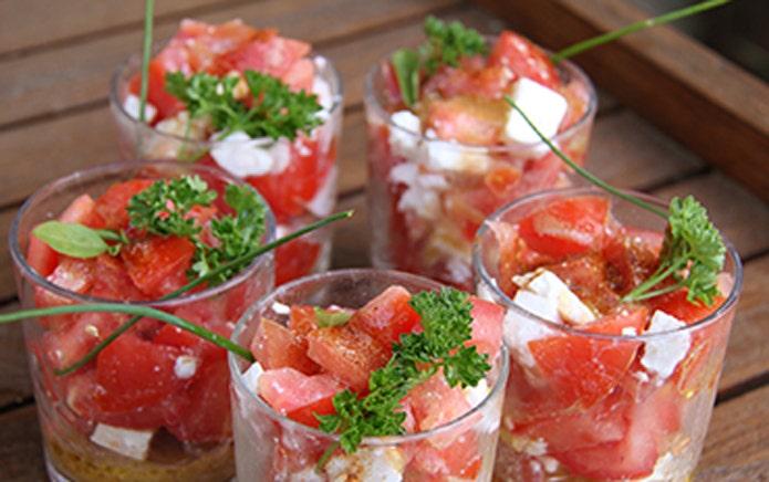 Verrines de tomates, dès de feta et persil