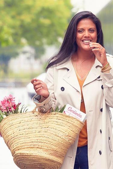 Femme mangeant une barre-repas Gerlinéa en revenant du marché