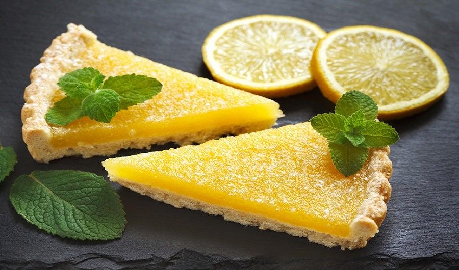 Parts de tarte au citron avec feuille de menthe